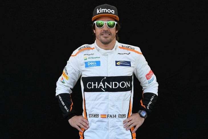 Hjálmlaus Fernando Alonso í Melbourne.