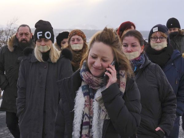 Protestors outside the Hólmsheiði prison today.