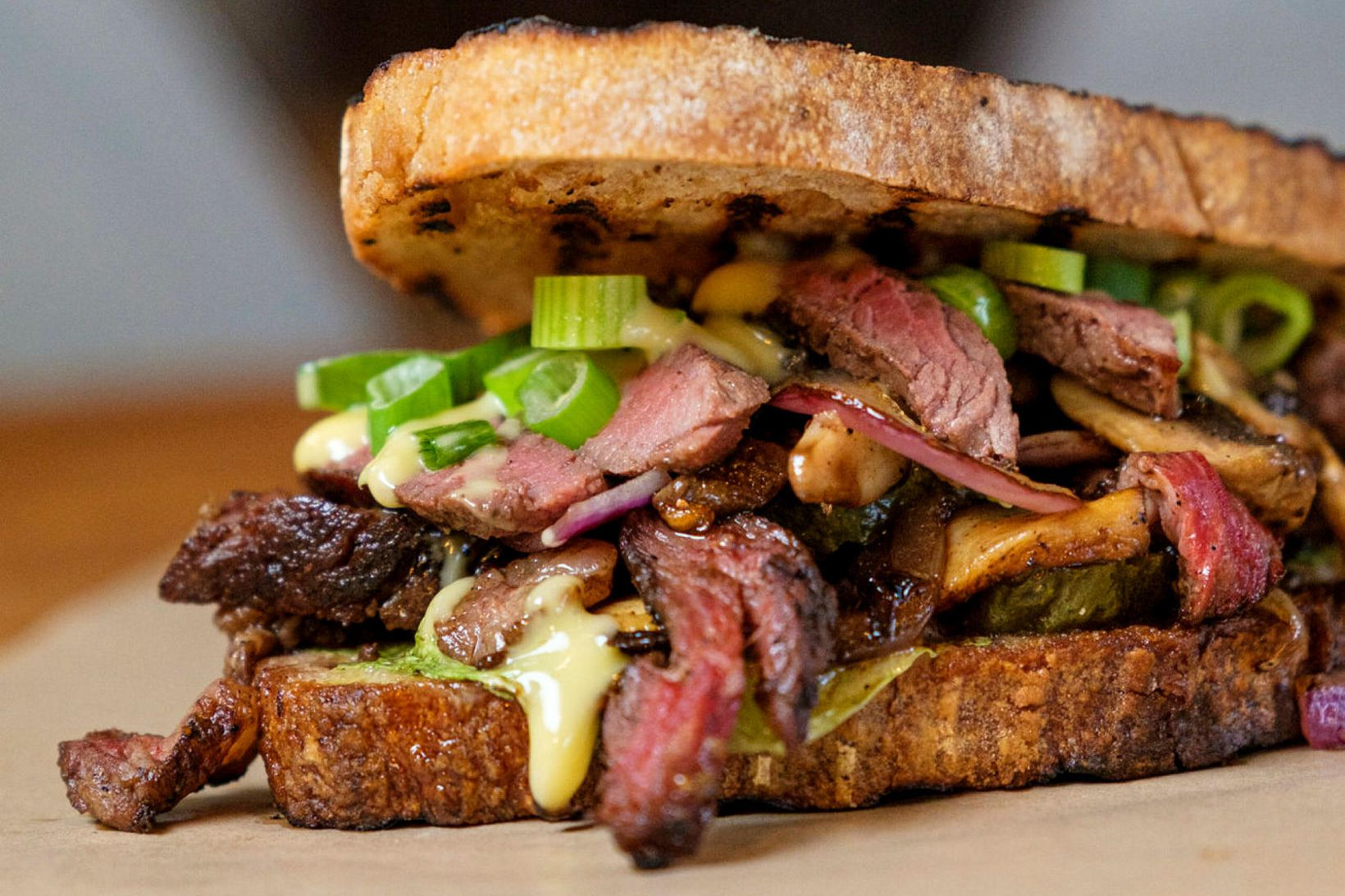 Eldgrilluð rib-eye súrdeigsloka. 120gr rib eye steik, steiktir sveppir og …