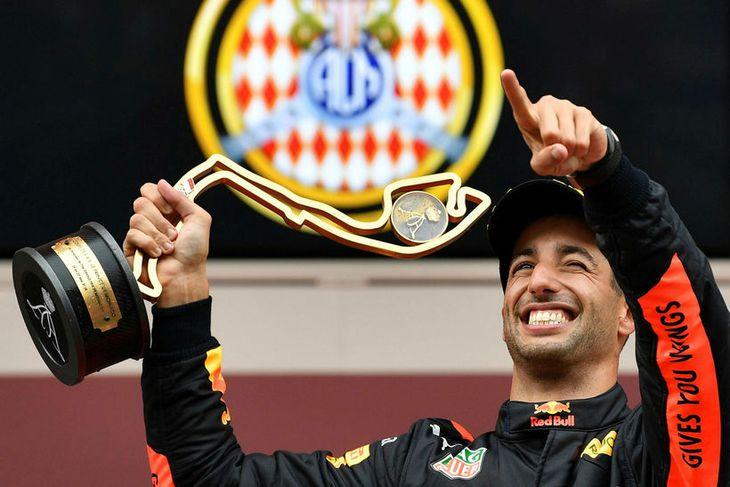 Daniel Ricciardo brosir sitt breiðasta með sigurgripinn í Mónakó fastan í hendi.