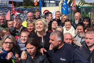 Marine Le Pen, forsetaframbjóðandi frönsku Þjóðfylkingarinnar, með verkafólki Whirpool verksmiðjunnar. Franskir fjölmiðlar saka flokk hennar ...