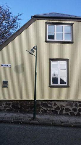 Ljósastaurinn við Túngötu var eitthvað niðurlútur eftir veðrið.