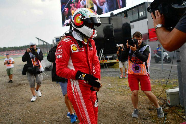Svekktur gengur Sebastian Vettel af vettvangi í Hockenheim.