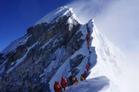 Mynd sem Leifur tók á fimmtudag af suðurtindi Everest sýni halarófu fjallgöngumanna alveg að norðurtindinum.