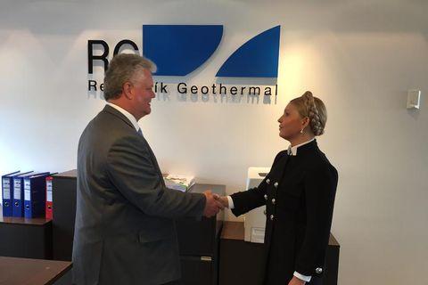 CEO of Reykjavik Geothermal, Guðmundur Þóroddsson, greets Tymoshenko.