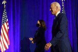 Joe Biden og Kamala Harris ganga af sviði eftir ávarp sem þau héldu í gær.
