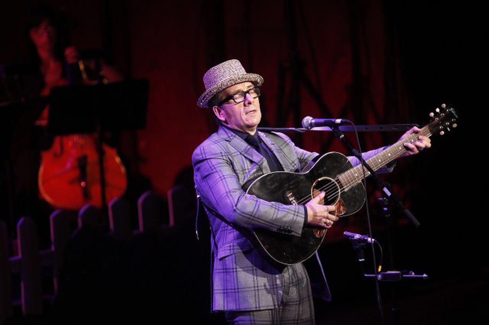 Elvis Costello á tónleikum.