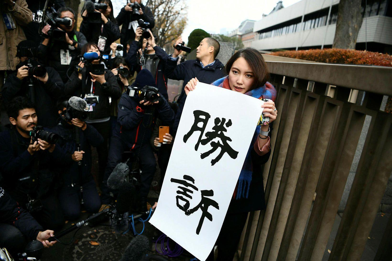 Japanska blaðakonan Shiori Ito með sigurspjaldið fyrir utan réttarsalinn í …