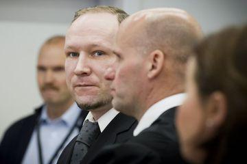 Anders Behring Breivik ásamt verjanda sínum Geir Lippestad í réttarsal í Ósló.