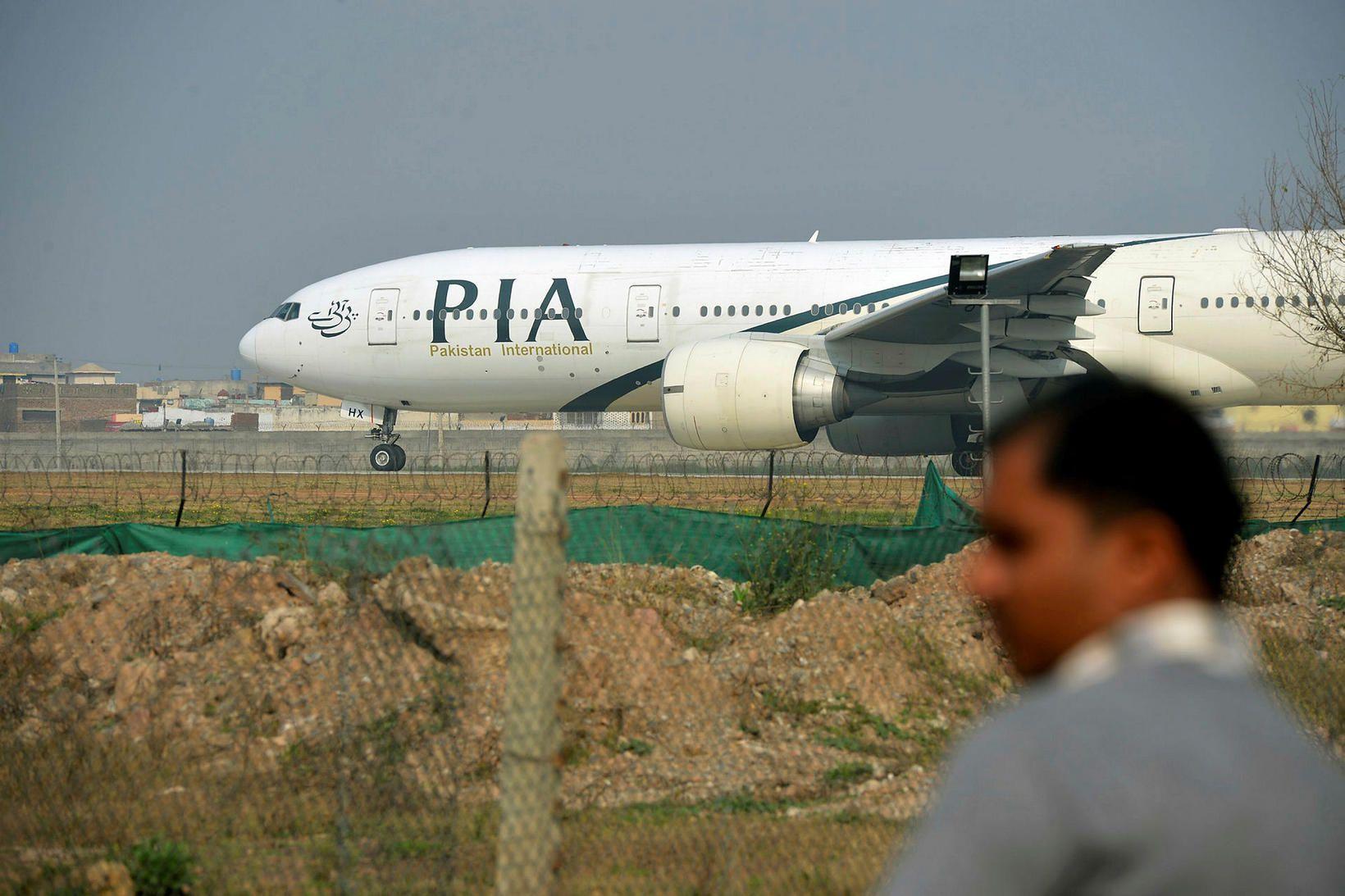Farþegaflugvél pakistanska flugfélagsins Pakistan International Airlines hrapaði í dag í …