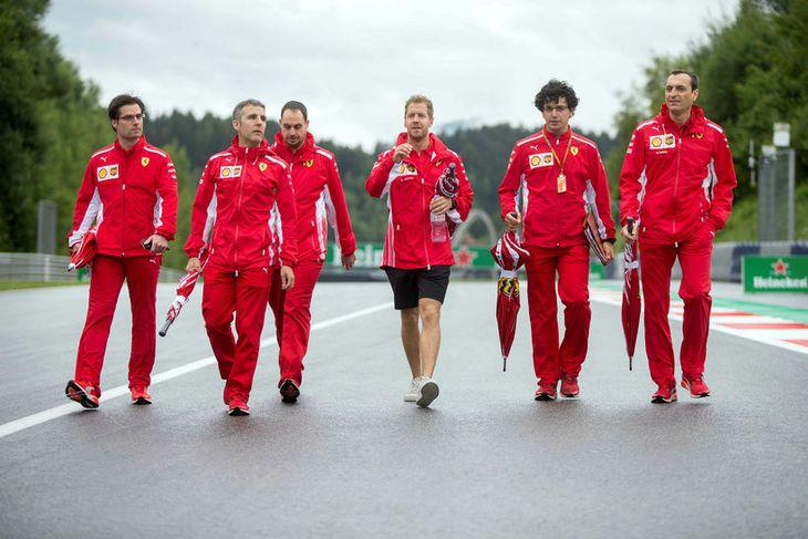 Sebastian Vettel (fyrir miðju) skoðar brautina í Speilberg í Austurríki ásamt nokkrum vélfræðingum sínum.