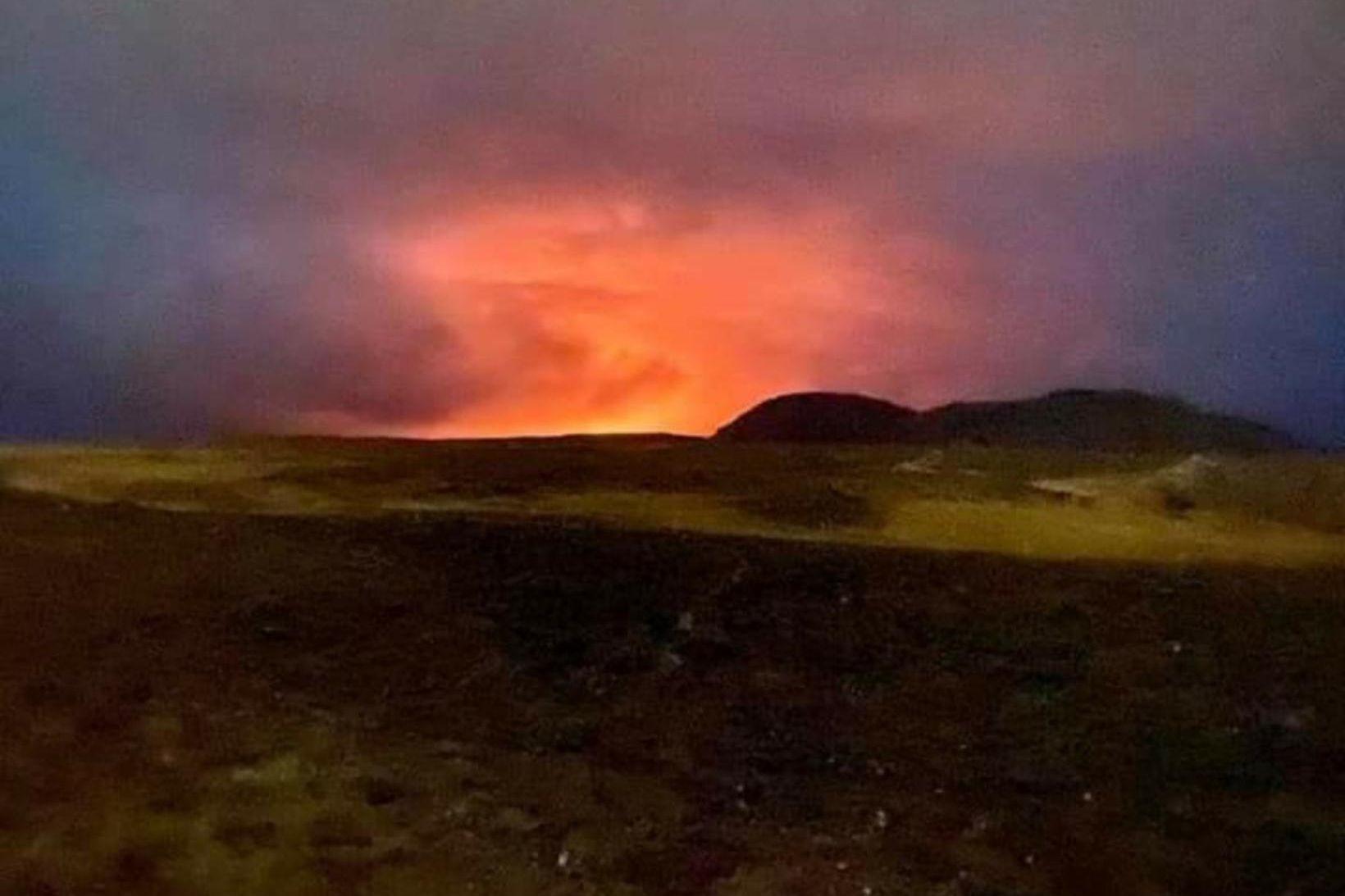 Gosið séð frá Mávahrauni kl. 22 í kvöld.