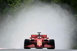 Vatnsstrókur stendur aftur úr Ferraribíl Sebastian Vettel á seinni æfingu dagsins í Búdapest.