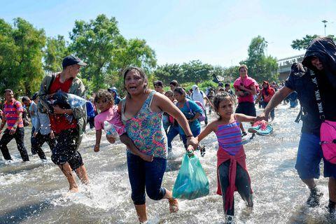 Mörg hundruð manns óðu yfir Suchiate-ána á landamærum Gvatemala og Mexíkó í dag og stefna …