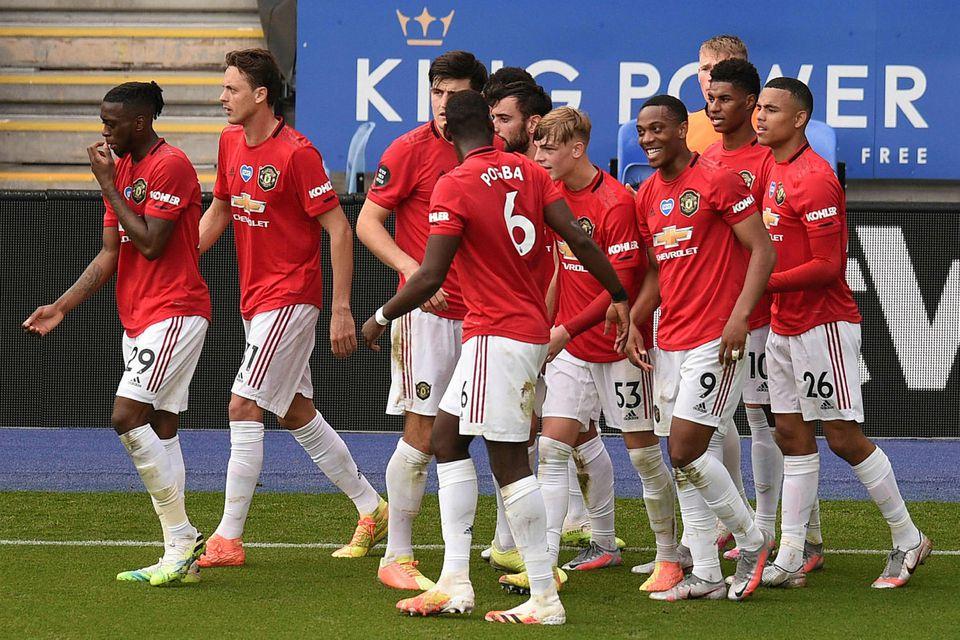 Leikmenn Manchester United fagna mikilvægu marki Bruno Fernandes á King Power-leikvanginum í dag.