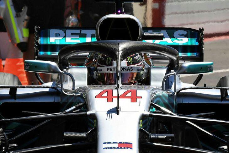 Lewis Hamilton situr í bíl sínum milli aksturslota í Paul Ricard brautinni í Le Castellet ...