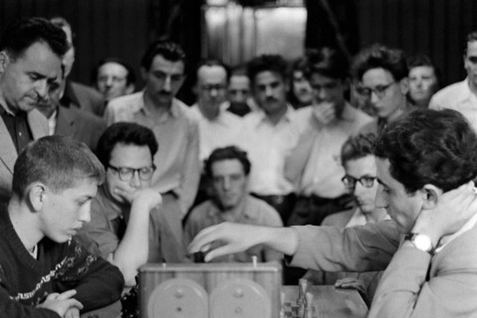 Bobby Fischer, 15 ára, og Tigran Petrosian tefla í Moskvu árið 1958.