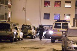 Lögreglumaður á gangi fyrir utan fjölbýlishúsið í Hraunbæ að morgni 2. desember.