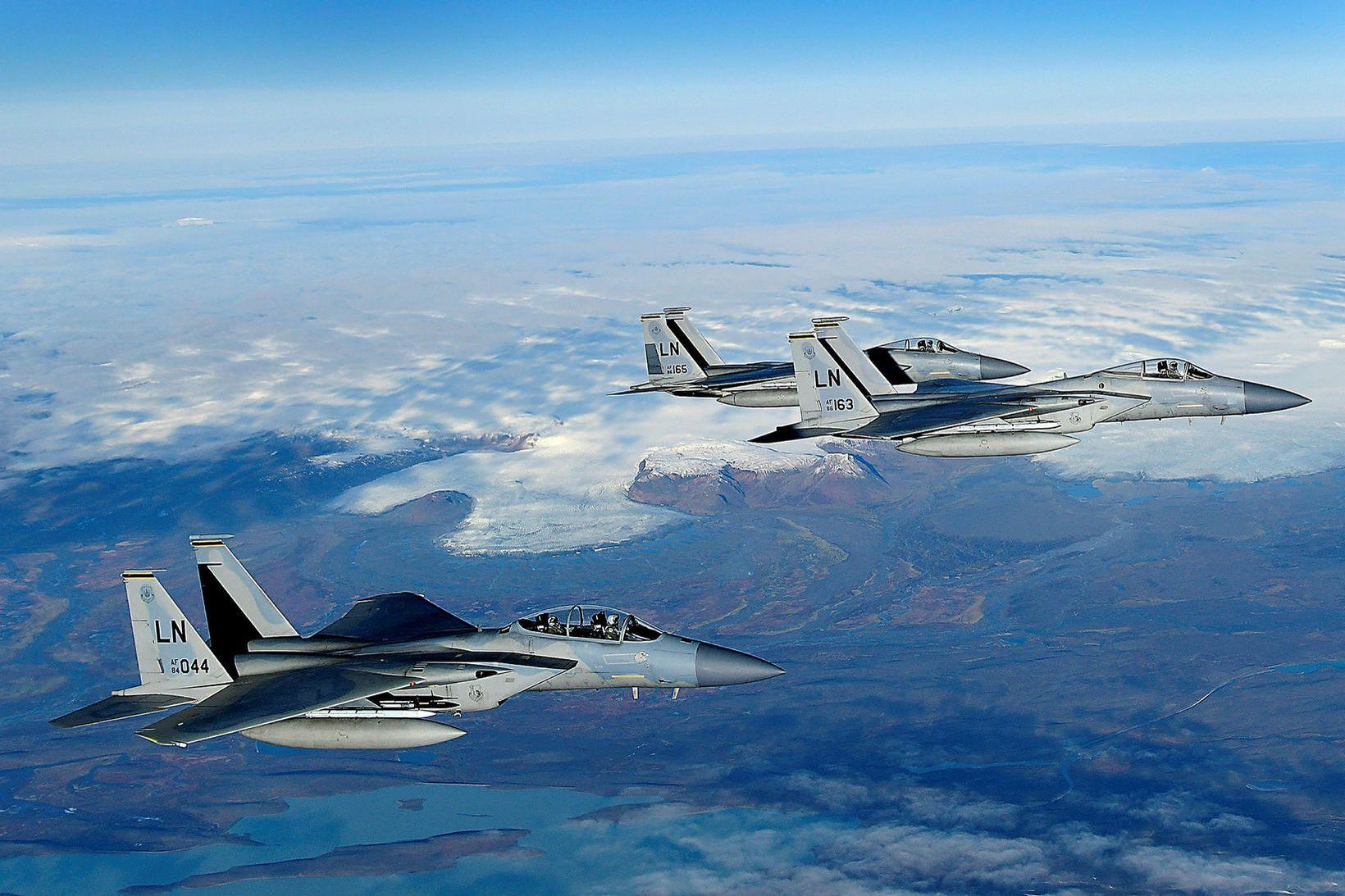 F15-orrustuþotur bandaríska flughersins yfirgefa landið í dag. Hofsjökull í bakgrunni …
