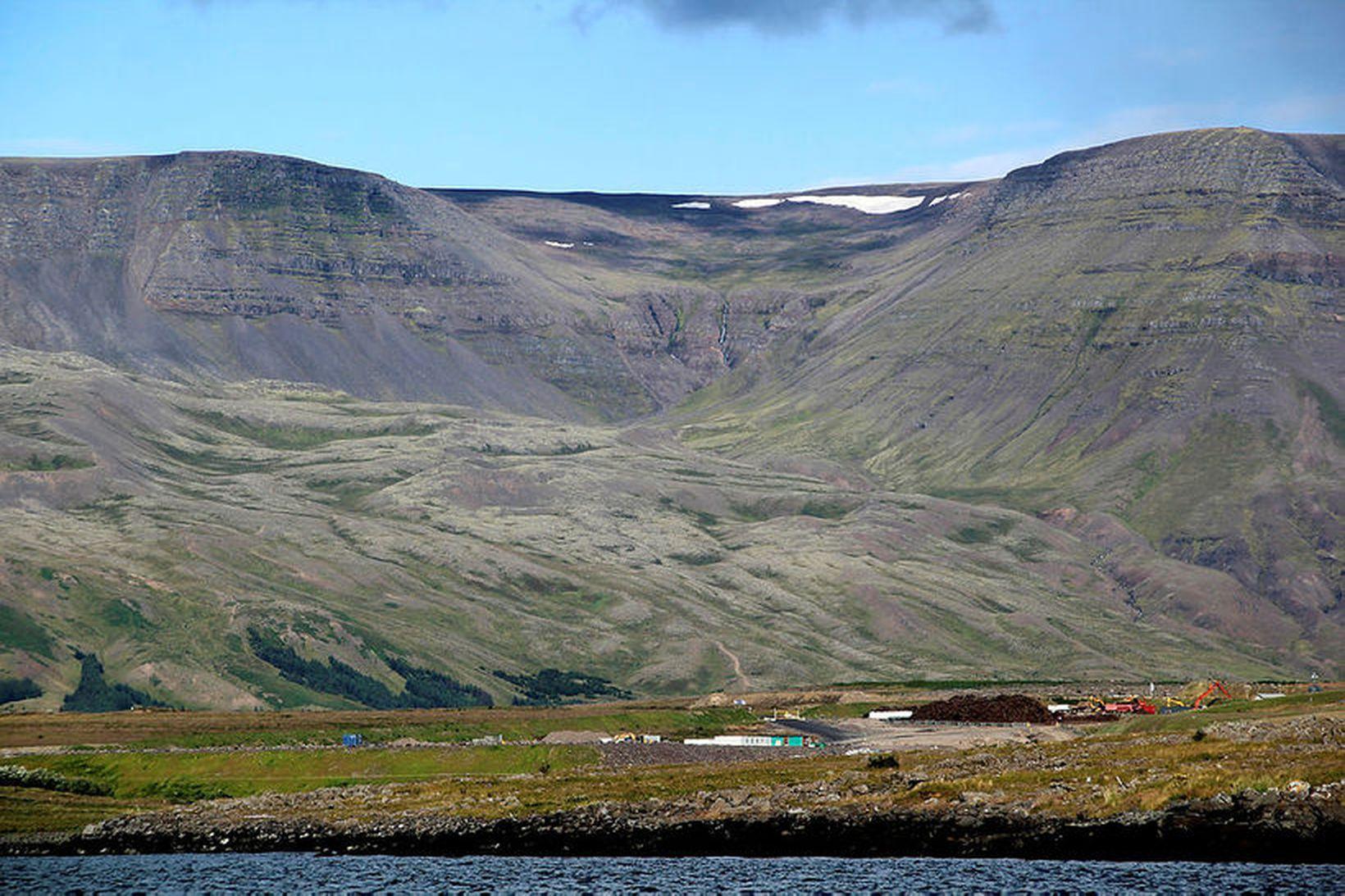 Skaflinn í Gunnlaugsskarði á meðan hann var enn skafl. Hann …