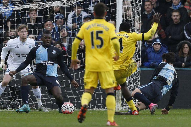 Micah Richards skorar hér fyrsta mark sitt fyrir Aston Villa.