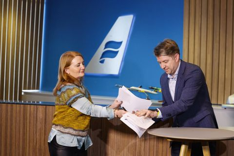 Rósa Guðbjartsdóttir, bæjarstjóri Hafnarfjarðar, og Bogi Nils Bogason, forstjóri Icelandair Group, rita undir viljayfirlýsinguna.