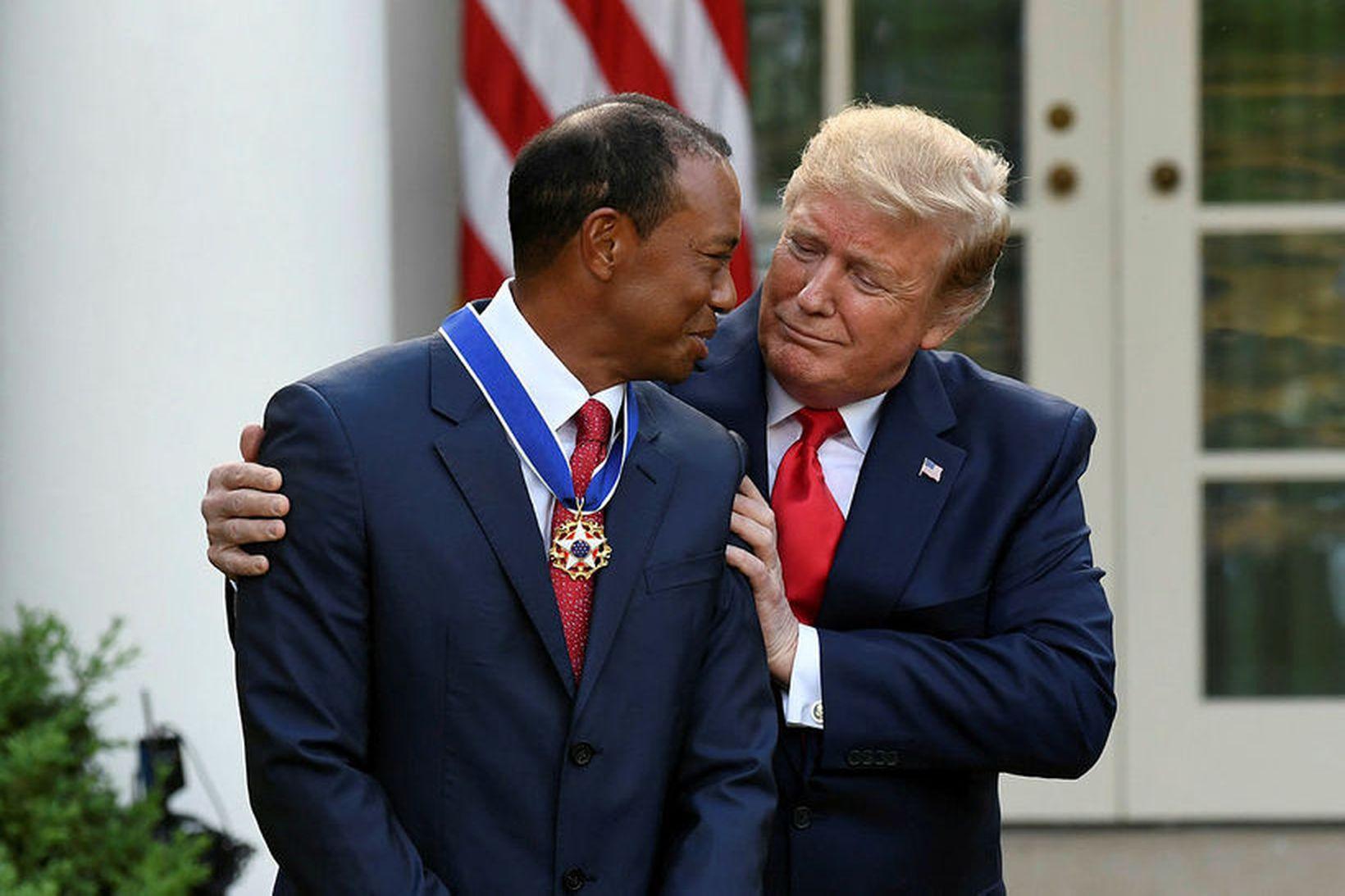 Tiger Woods tekur við orðu frá Donald Trump Bandaríkjaforseta fyrr …
