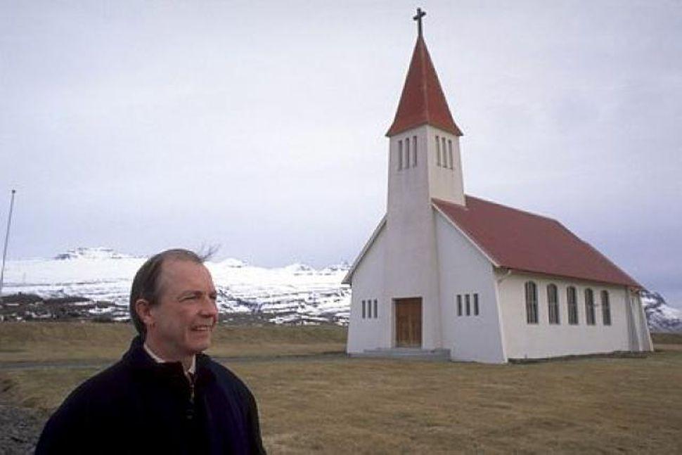 Séra Gunnlaugur Stefánsson við Heydalakirkju.
