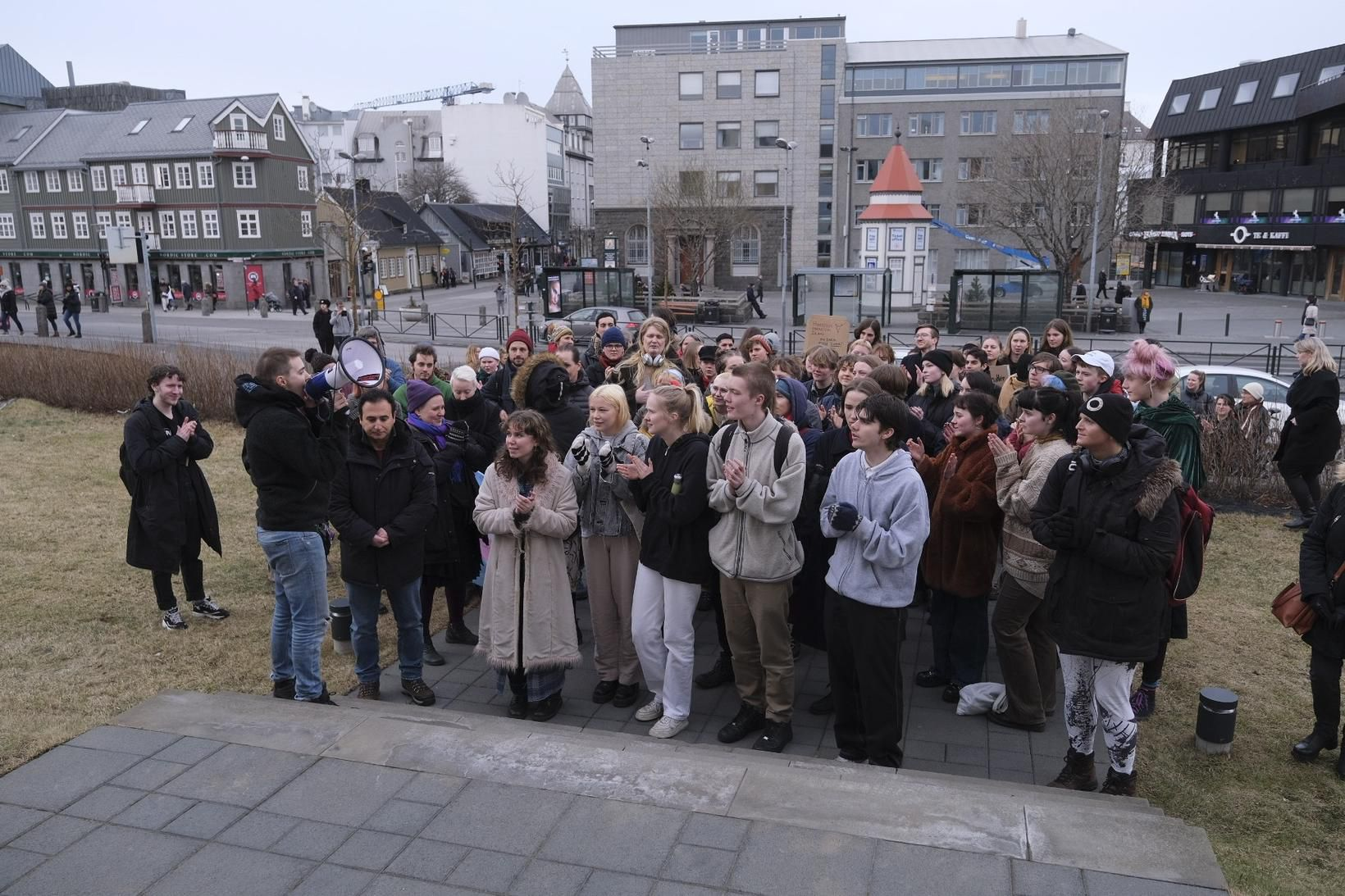 Undirskriftalisti með tæplega átta þúsund undirskriftum var afhentur í dómsmálaráðuneytinu …