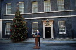 Boris Johnson ávarpar fréttamenn utan við forsætisráðherrabústaðinn í Downingstræti.