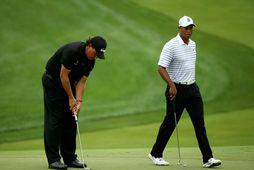Phil Mickelson og Tiger Woods á golfvellinum.