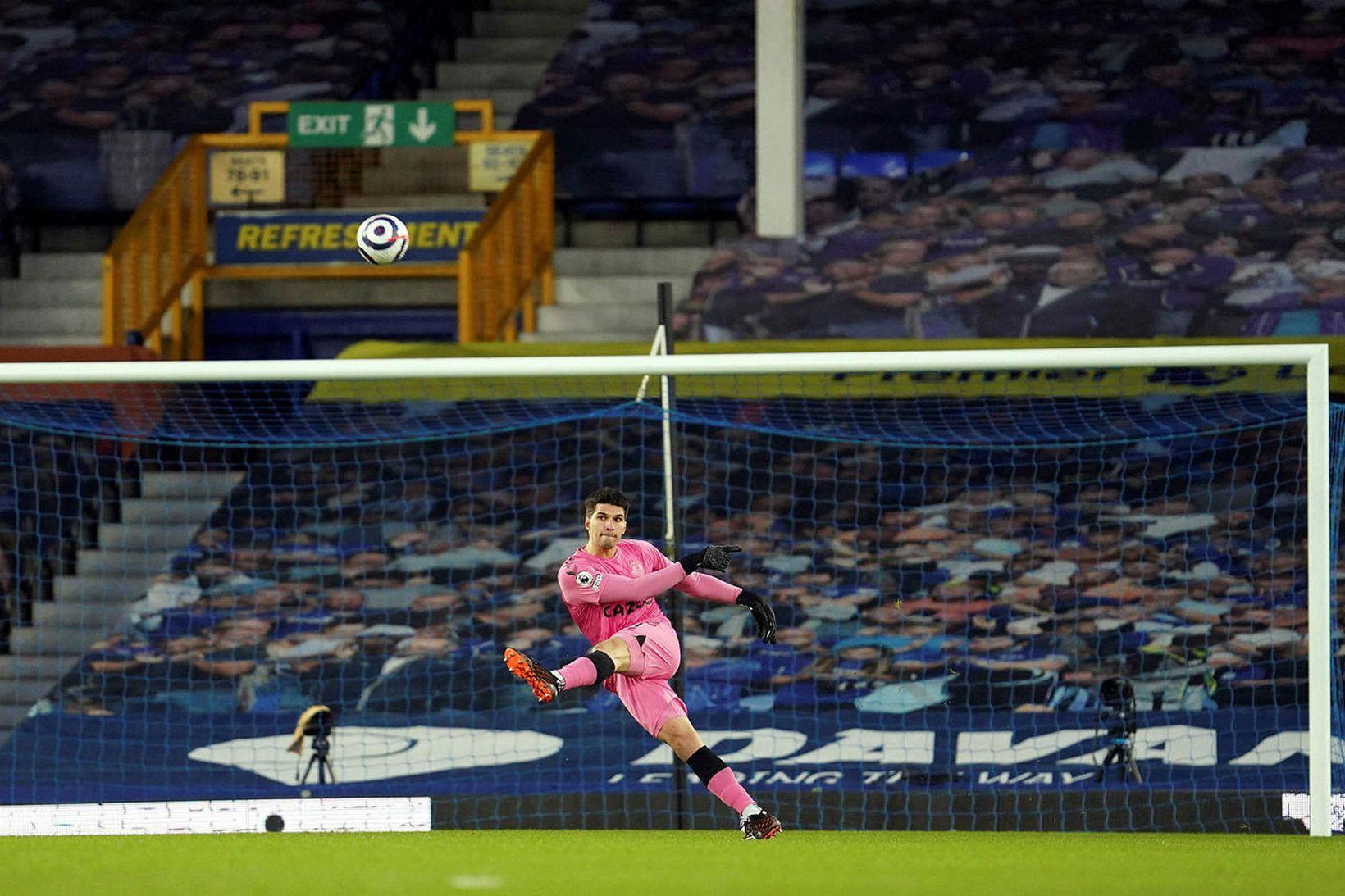 Joao Virginia spyrnir boltanum frá marki Everton í fyrsta úrvalsdeildarleik …
