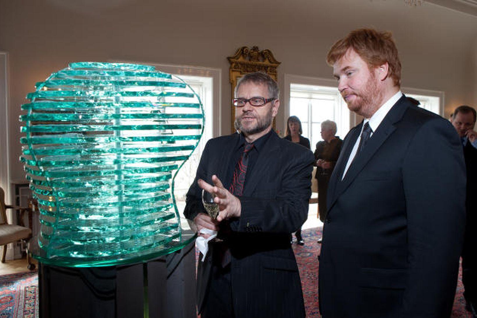 Vignir Jóhannsson, myndlistarmaður, og Hilmar Veigar Pétursson, forstjóri CCP, virða …