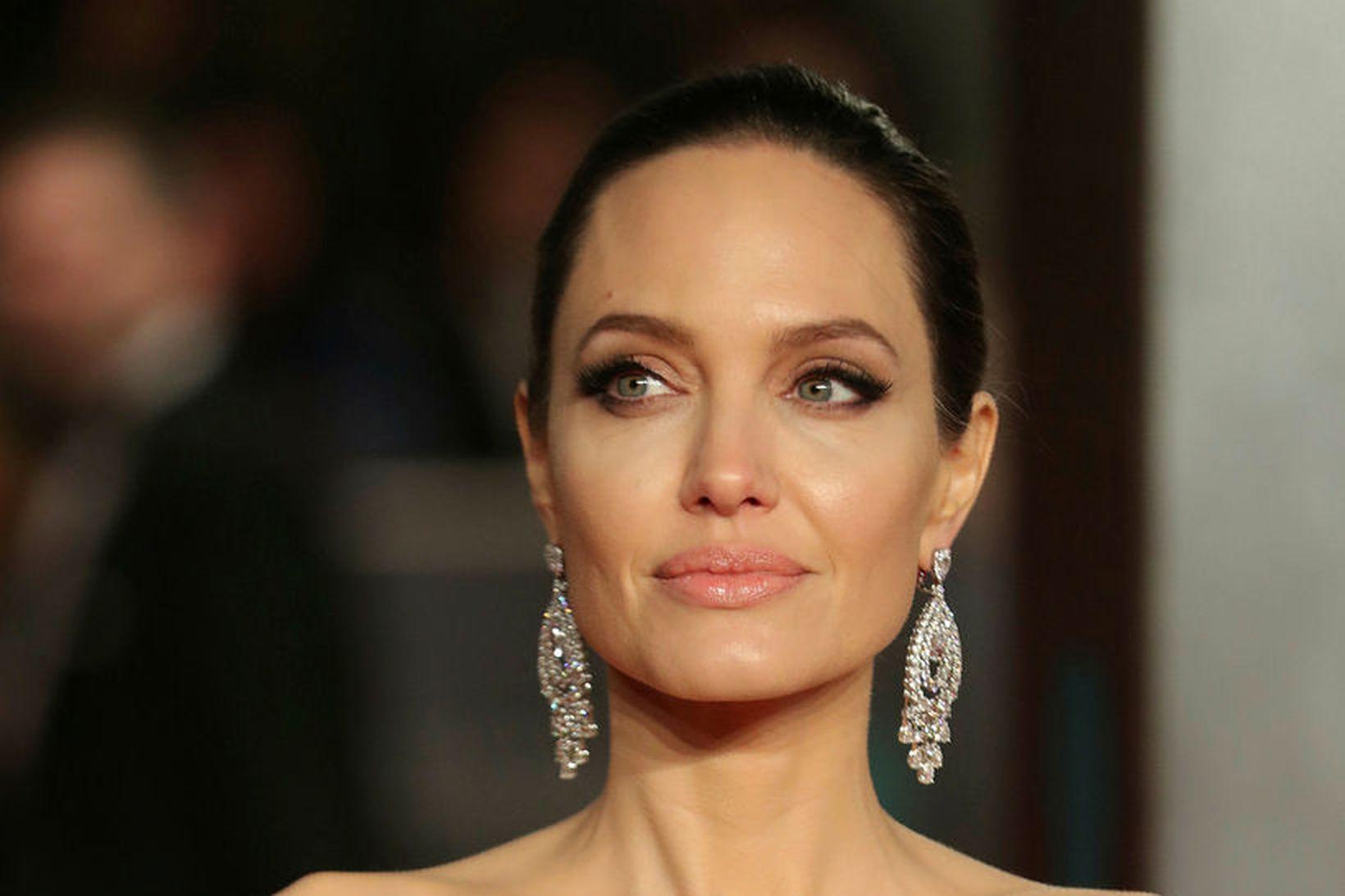 Angelina Jolie á sex börn þar af þrjár dætur.