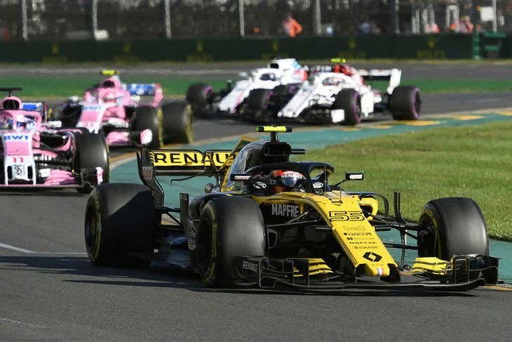 Carlos Sainz fer hér fremstur í Melbourne. Á eftir koma ökumenn Force India og þar ...