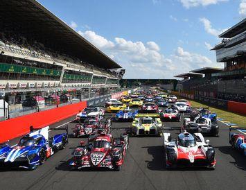 Sextíu bílar verða á rásmarki í Le Mans þegar sólarhringskappaksturinn hefst í dag.
