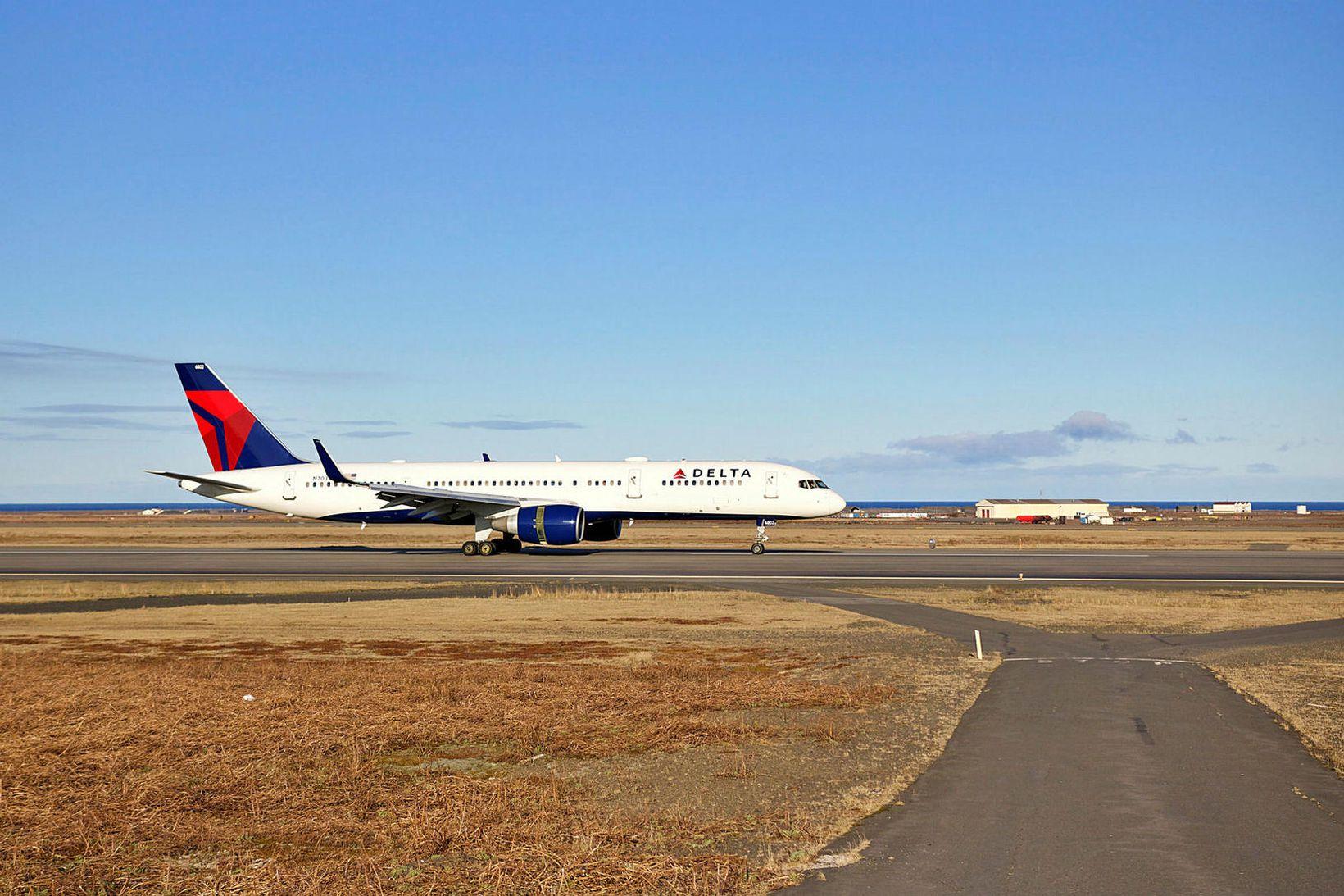 Vél Delta Airlines á Keflavíkurflugvelli. Flugfélagið hefur ákveðið að hefja …