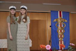 Hér eru systurnar á útskriftardaginn en Katrín er til vinstri og Kristín til hægri.
