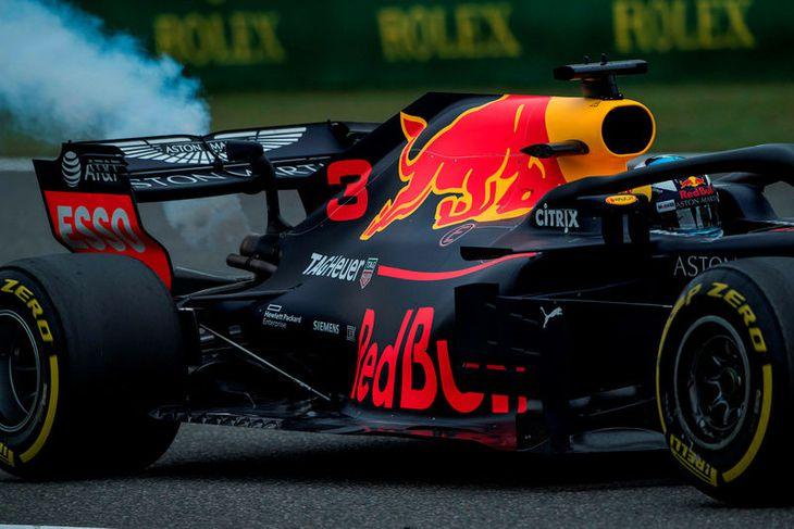 Reykur stígur upp af bíl Daniel Ricciardo á lokaæfingunni í Sjanghæ í morgun.