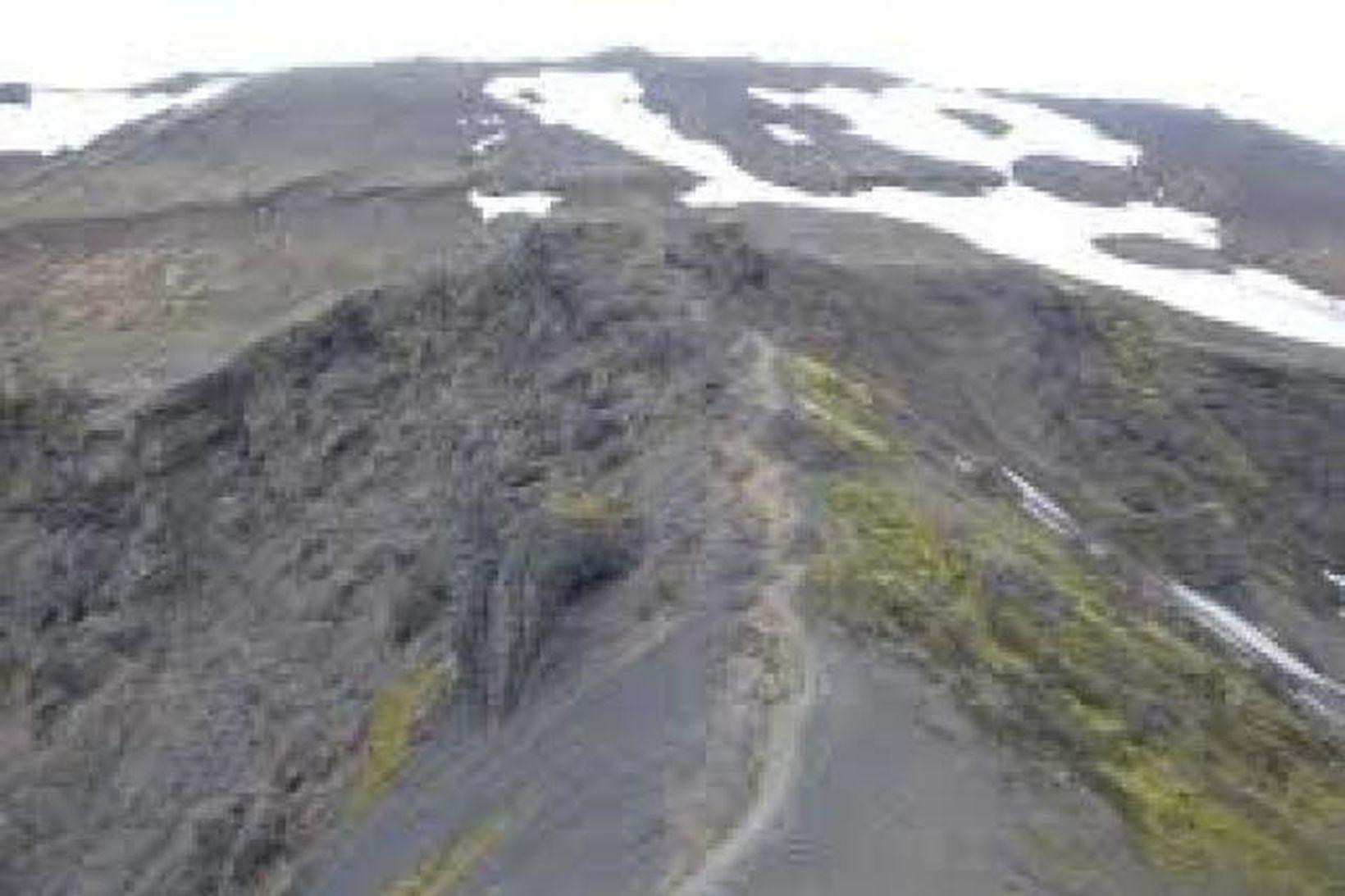 Vinsæl gönguleið er yfir Fimmvörðuháls.