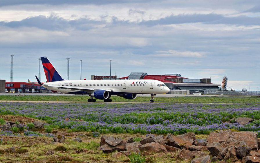 Farþegaþota Delta Air Lines á Keflavíkurflugvelli. Flugfélagið mun ekki lengur ...