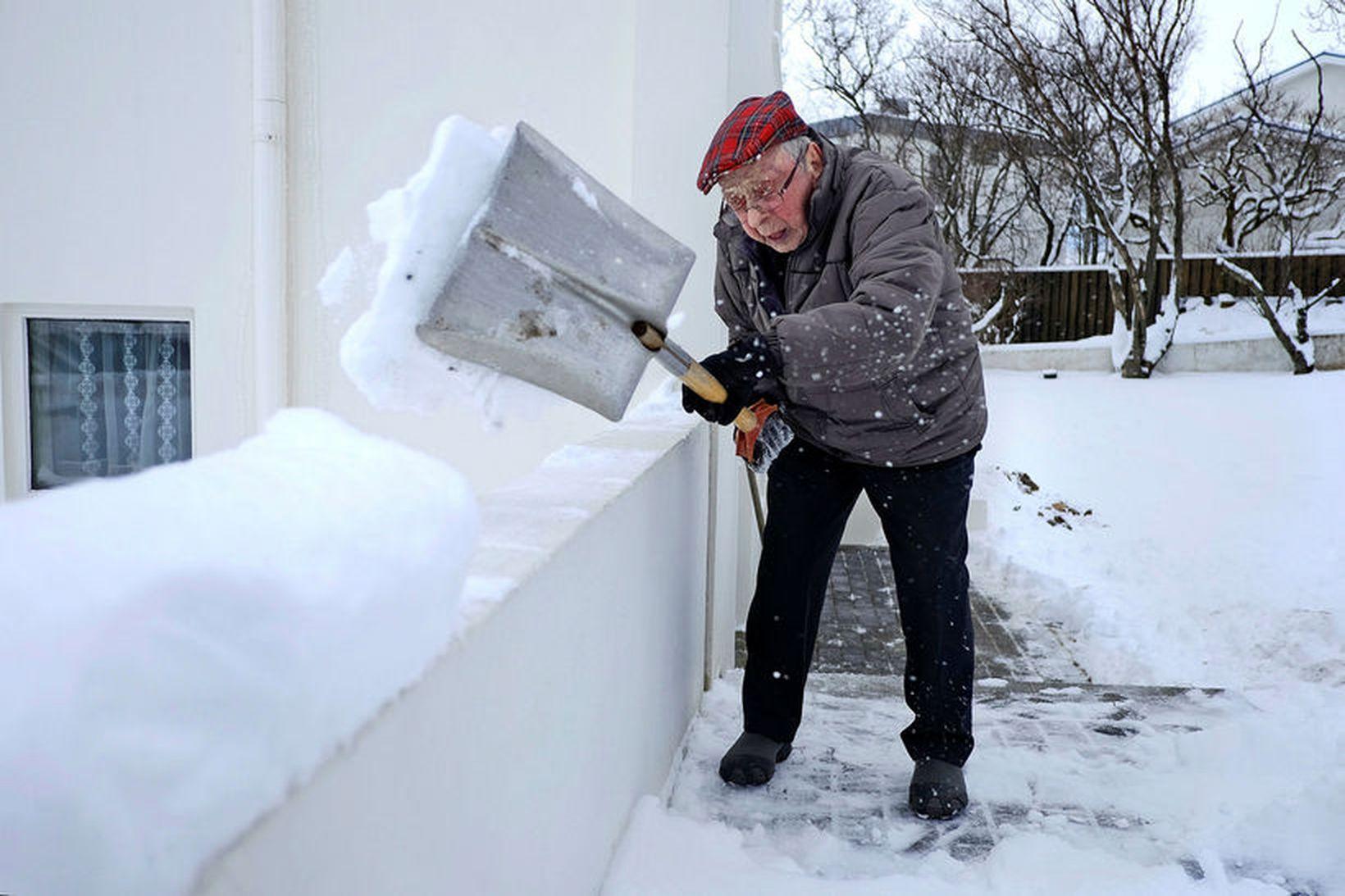 Trausti Magnússon, þá 97 ára, mokar strax stéttina heima hjá …