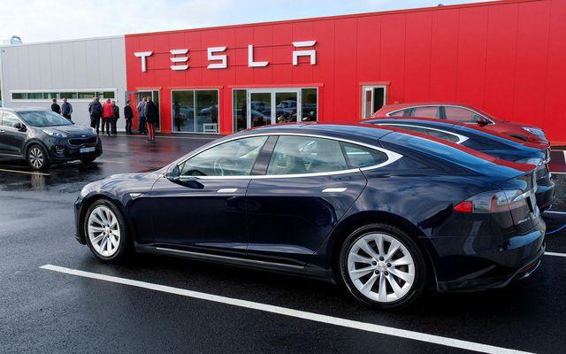 Bílar Tesla juku hraðann án þess að ökumaðurinn gæfi þeim inn.