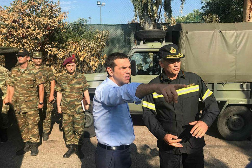 Forsætisráðherra Grikklands, Alexis Tsipras, heimsækir svæðið þar sem gróðureldar urðu ...
