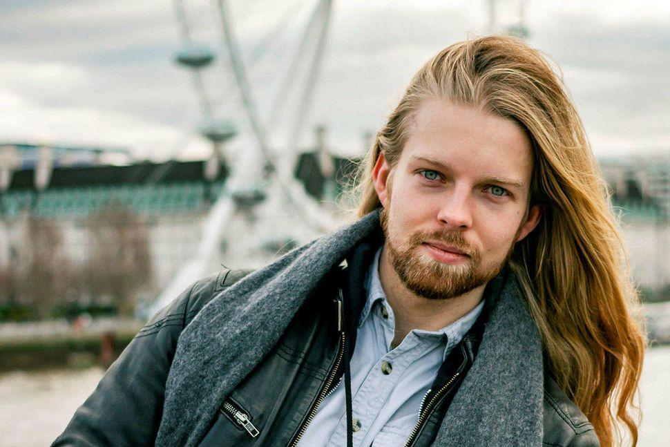 Hallvarður Jes Gíslason leikari býr í London.