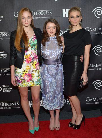 Maisie Williams, sem leikur Arya Stark í miðið, ásamt Sophie Turner, sem fer með hlutverk ...