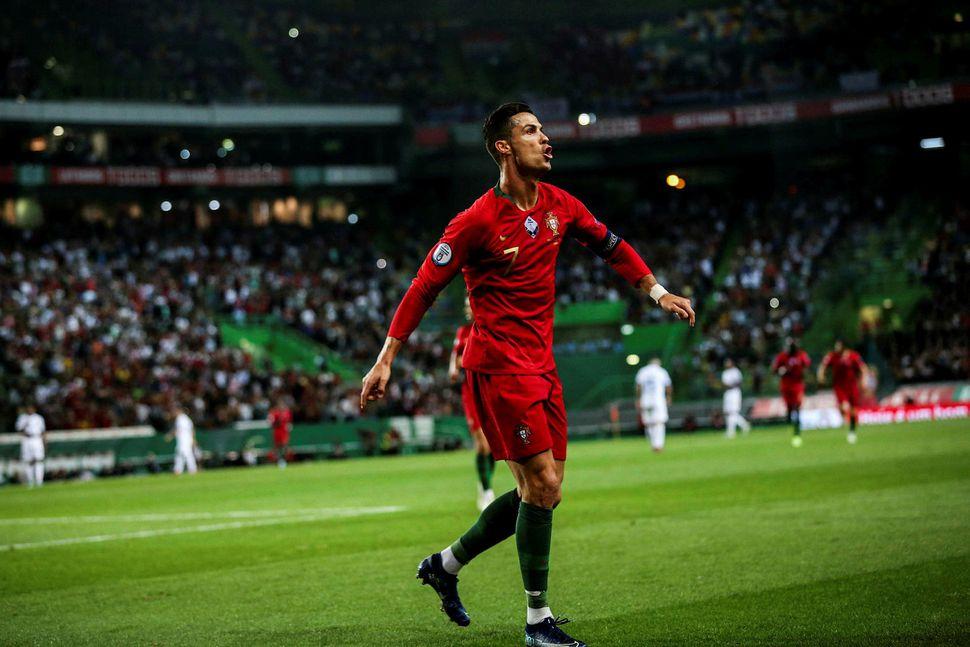 Cristiano Ronaldo fagnar marki sínu í leiknum í Lissabon í ...