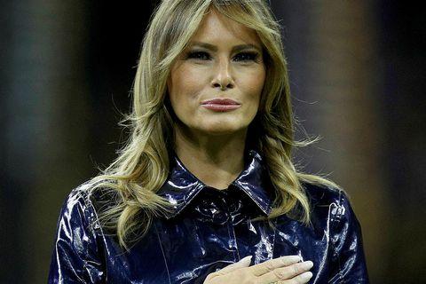 Melania Trump í kápu sem virtist vera dökkblá.