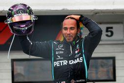 Lewis Hamilton fagnar sigrinum í Búdapest í dag.