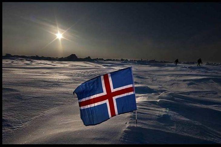 Íslenski fáninn á Norðurpólnum.